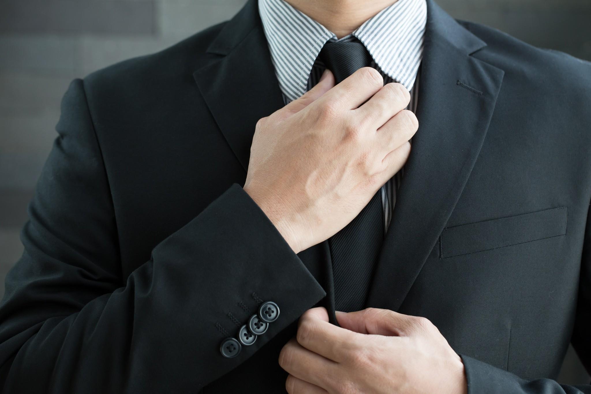 83759d3a70fad 男性が結婚式で着る服に『ブラックスーツ』が挙げられます。 西洋から伝わってきたスーツを日本式にアレンジしたスーツがこのブラックスーツで、慶事にも弔事にも着用  ...