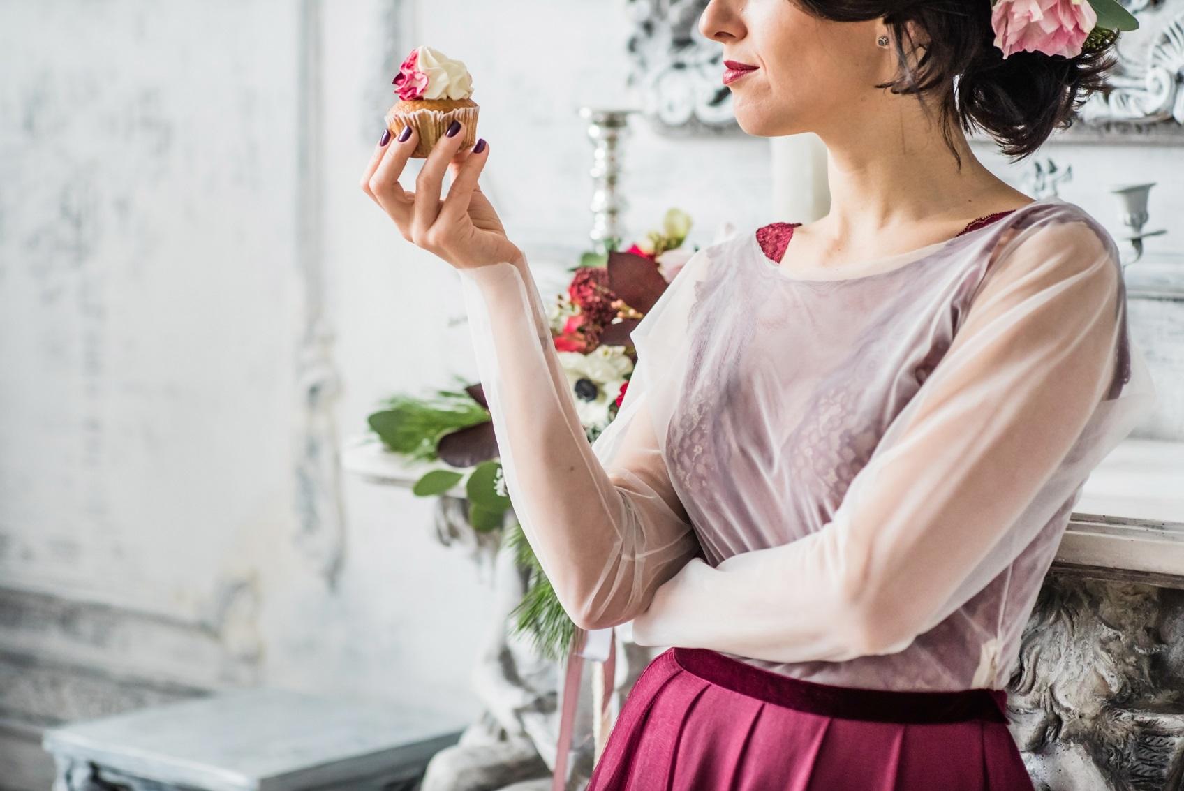 9292fe9919a0b 新郎新婦の身内は、ゲストに比べて注目を浴びやすいです。そのため、ゲストと同じ感覚で派手なものや華やか過ぎる服装を選んではいけません。派手なものを選ぶと結婚  ...