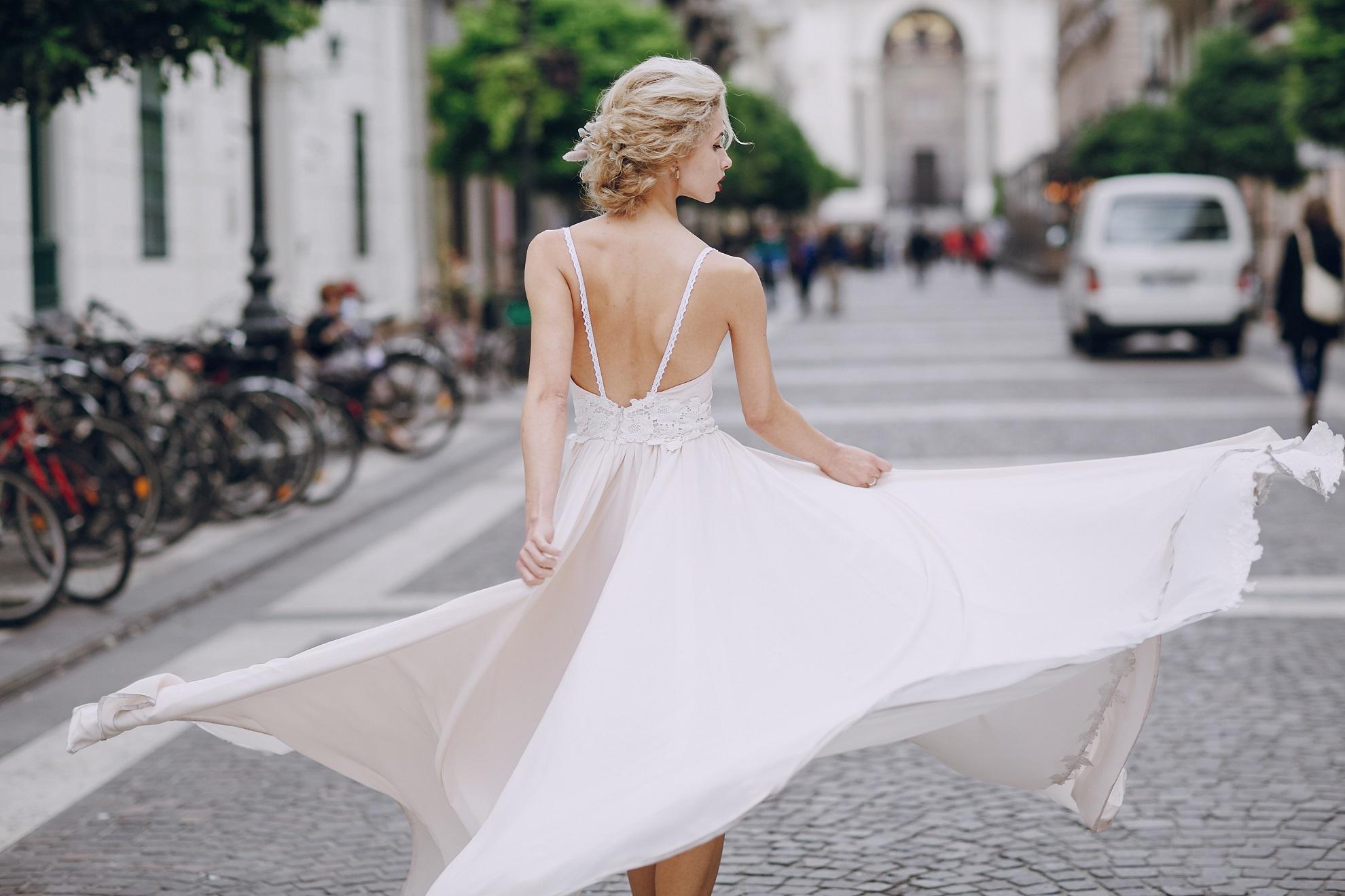 式直前は、二の腕、顔、背中など、ドレスから出ている部分のダイエットで十分。 リンパマッサージや簡単な筋トレが取り入れやすいかもしれないですね。