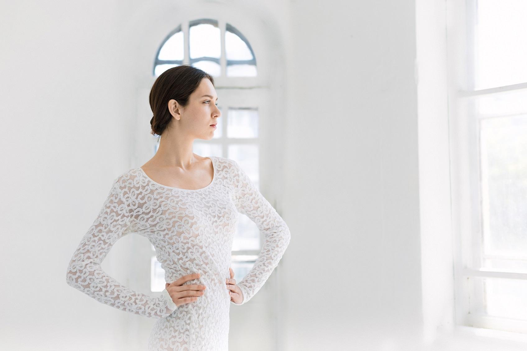 c7a5c333d6cb7 露出度の多いドレスは、若い年齢層でも好ましく思われないこともあるほど、結婚式では好ましくないと言われます。