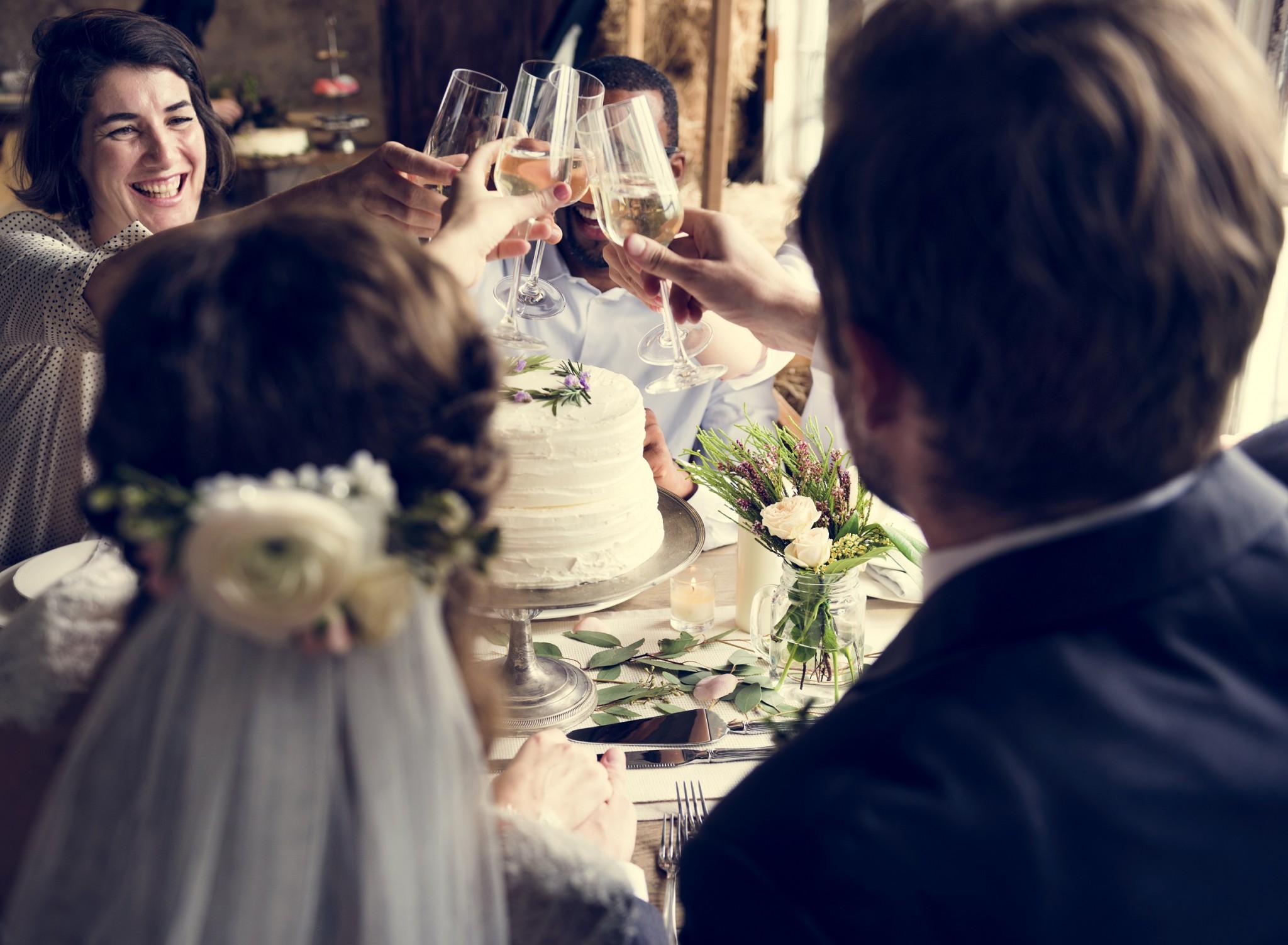 3d48b04ada906 大きな披露宴に大人数分の食事。結婚式といえばそんなイメージがありますよね。しかし、近年では少人数で行う