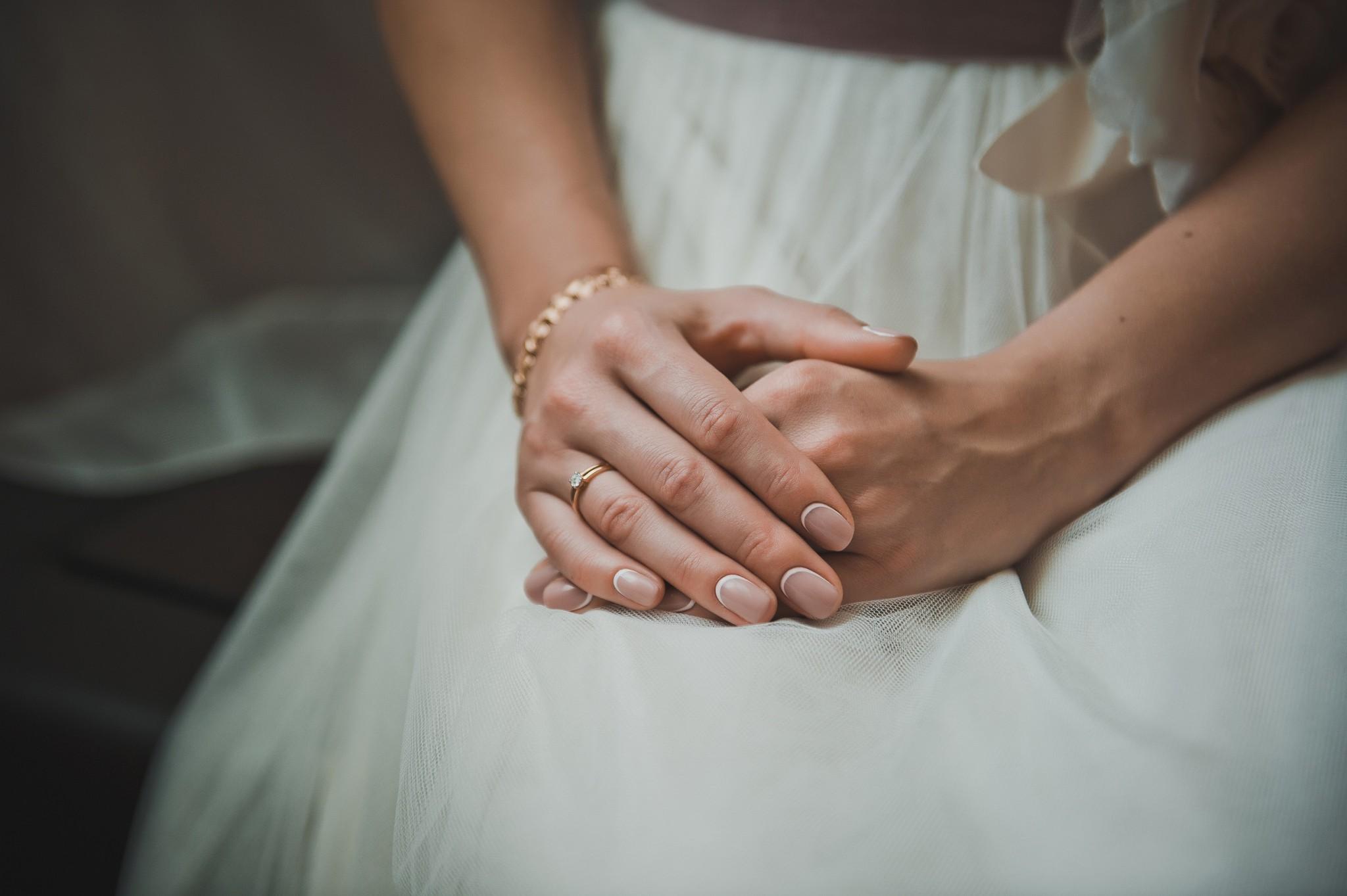bc866b840de52 結婚の挨拶での服装 女性編 ワンピースが無難?パンツスタイルはOK ...