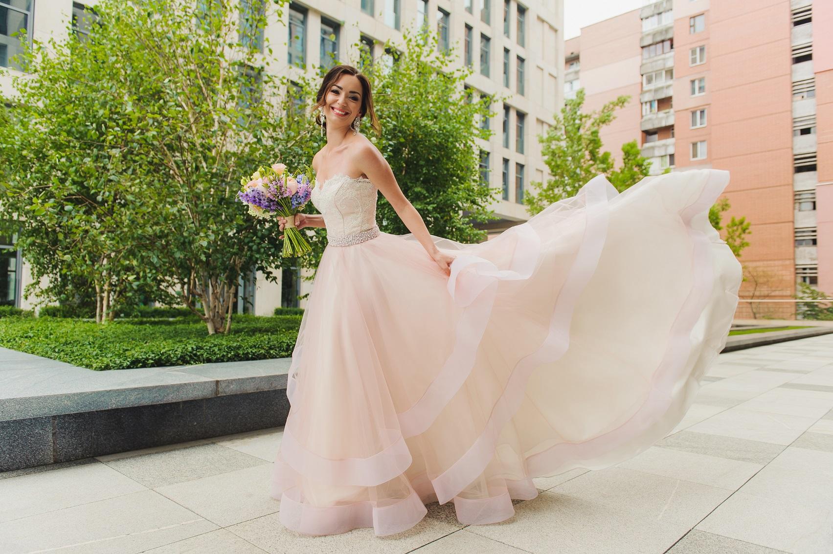 792ac94d34475 ふんわりしたシルエットのドレスは、お姫様っぽい雰囲気を漂わせます。パステルカラーは膨張色でもあるので、ラインが気になる方は濃い目のピンクを選ぶようにしま  ...