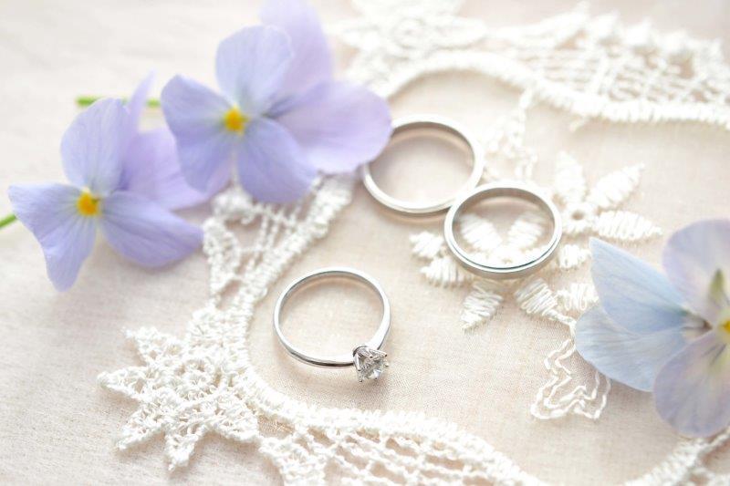 婚約指輪と結婚指輪は一緒(同時)に買う?彼氏と一緒に選ぶもの?2