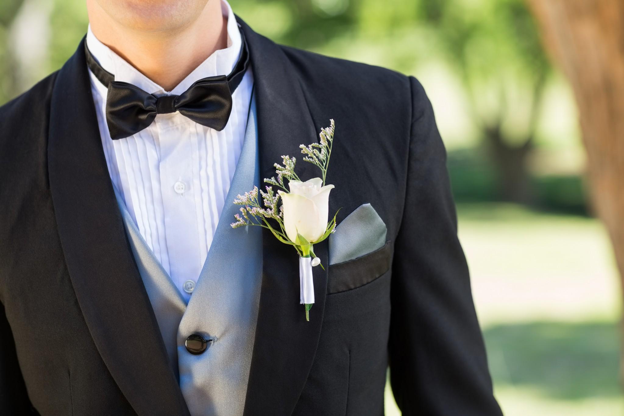 0a271de6384cd 肩掛けをかけたような襟の形です。色は黒で、ボタンは1つというのが一般的です。ピークドラペルに比べてインフォーマルな印象を与えるので、カジュアルな雰囲気に  ...