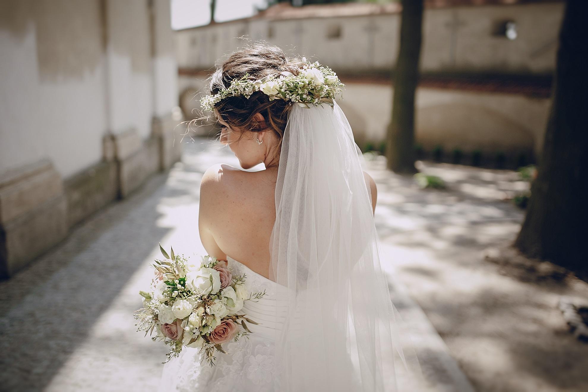 e95822b1f0c4c ウェディング雑誌をうっとりと眺め、運命の一着に出会うべく、ドレスショップに足繁く通う花嫁も多いでしょう。一生に一度の晴れ舞台だから、ドレスのデザインにも、  ...