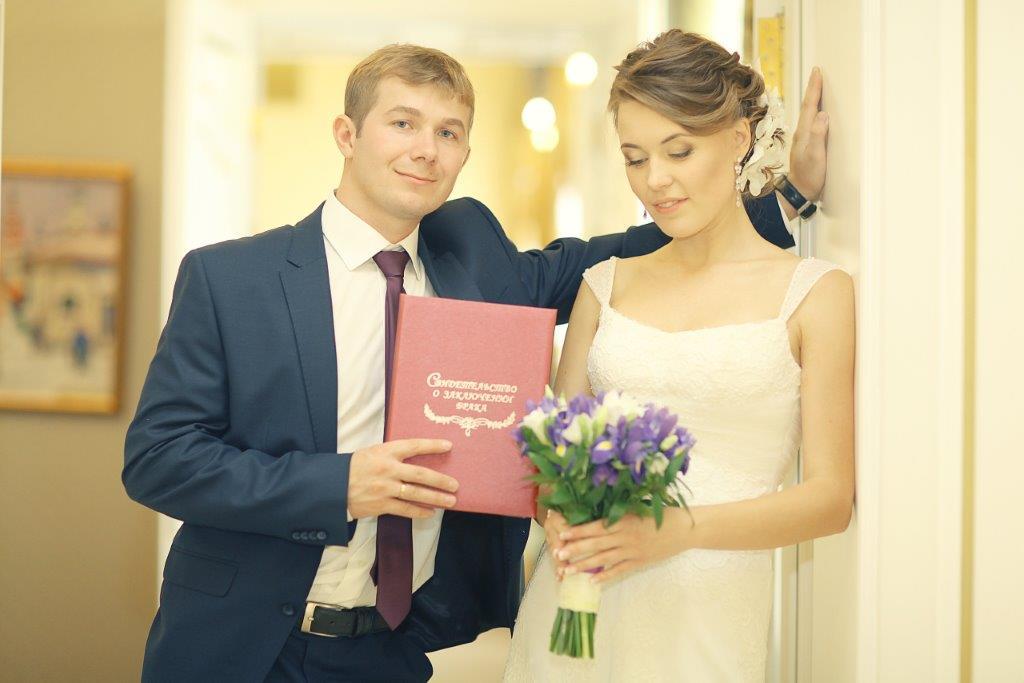結婚式の招待状は家族にも送るもの?